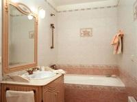 Ванная облицованная керамической плиткой