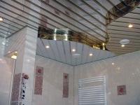 Многоуровневый реечный потолок в ванной комнате