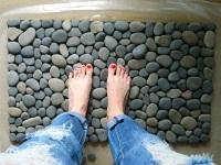 Коврик для ванной из камней своими руками