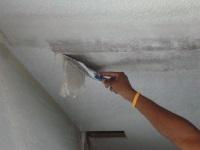 Удаление старой побелки с потолка в ванной комнате