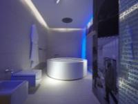 Ванная комната в стиле хай-тек - неоновая подсветка и круглая ванна