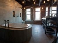 Ванная комната в стиле лофт - кирпичные стены, отдельностоящая ванна