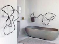 Водяной полотенцесушитель необычной формы для ванной комнаты