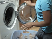 Почему стиральная машина бьет током и что делать?