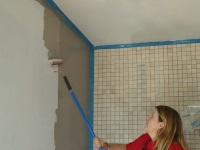 Чем штукатурить стены в ванной под плитку