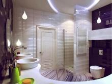 Фиолетовая ванная с бежевыми вставками
