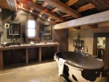 Ванная натурального коричневого древесного цвета