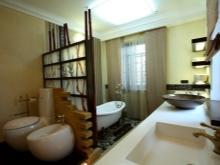 Перегородка между унитазом и ванной