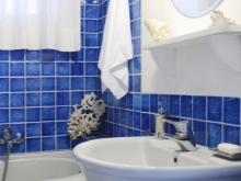Ванная с круглым зеркалом в морском стиле