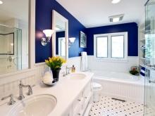 Стильная синяя ванная комната