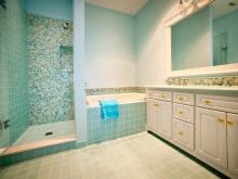 Бирюзовая отделка в ванной