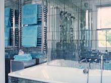 Зеркальная мозаика с голубым оттенком для ванной