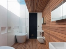 Большое зеркало в качестве отделки стены в ванной