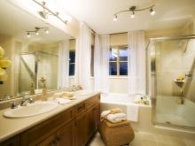 Зеркала с ярким освещение в ванной