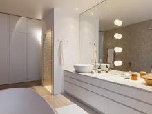 Светильники в строенные в большое зеркало ванной
