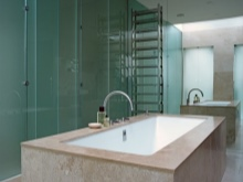 Большое зеркальное полотно на стене ванной