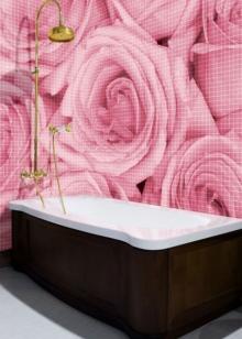 Сочетание розовых стен с коричневой ванной