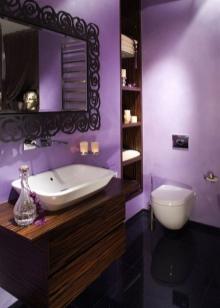 Сиреневая ванная с коричневой мебелью