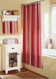 Красная занавеска в белой ванной