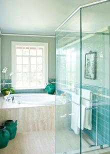 Белая сантехника в бирюзовой ванной