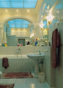 Сочетание зеркала с кафельной плиткой в ванной