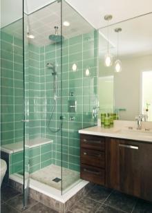 Душевая кабина в небольшой ванной