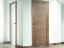Стеклянная и деревянная дверь в ванную
