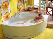 Желтая ванная комната с цветами