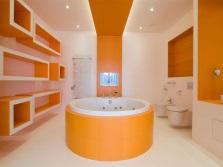 Оранжевая с белым ванная комната