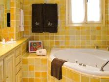 Желтая ванная комната с мозаикой