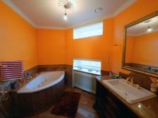 Оранжевая ванная комната с белой сантехникой