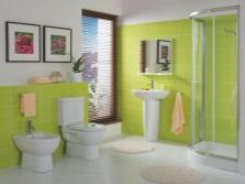 Зеленая ванная комната с желтыми полотенцами