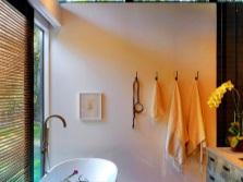 Использование дерева в белой ванной