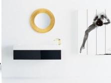 Элементы абстракции в белой ванной комнате