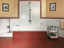 Красно-белая ванная в стиле кантри