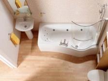 Недлинная ванна в маленькой ванной