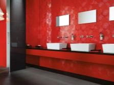 Ванная с красной стеной