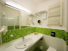 Бело-зеленая плитка в ванной с горизонтальным орнаментом