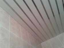 Потолок из платиковых панелей с алюминиевыми вставками