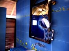 Синяя ванная с ламинатом