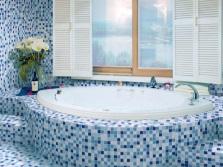 Мозаика в синей ванной