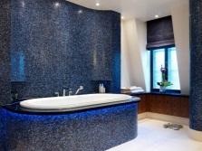 Темно-синяя ванная комната с мозаикой