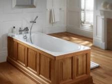 чугунная ванна, скрытая деревянными экранами