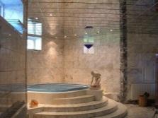 Зеркальный потолок в ванной-бассейне освещение