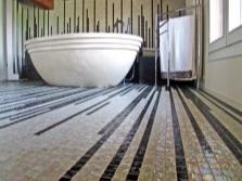 Мозаичный пол в оформлении ванной комнаты