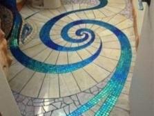Мозаика плюс плитка на полу в санузле