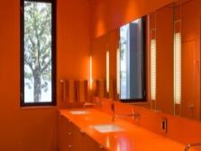 Оранжевая мебель в оранжевой ванной