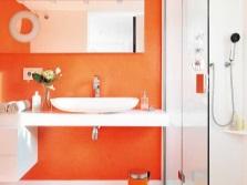 Оранжевая с желтым ванная комната