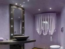 Потолочное и точечное освещение в ванной
