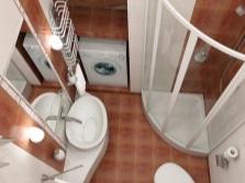 Проект маленькой ванной со специальными конструкциями